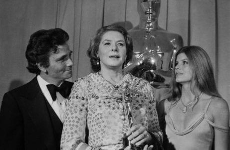 Ingrid Bergman recibiendo su tercer Oscar