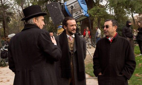 Actores y director en un descanso del rodaje