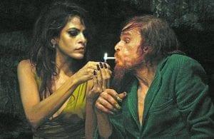 Denis Lavant y Eva Mendes, en 'Holy Motors'.