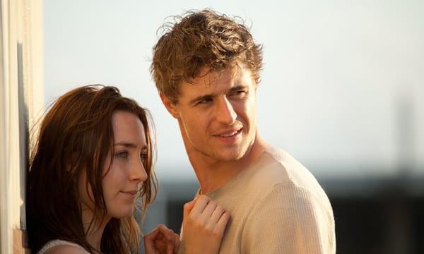 Saoirse Ronan y Max Irons en 'The host (la huésped)'.