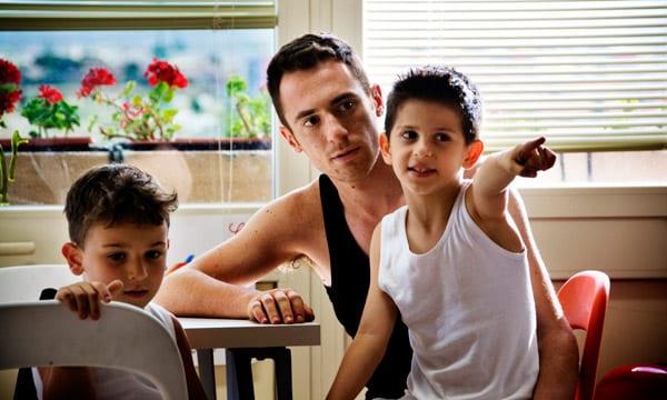 Elio Germano con sus hijos en la película 'La nostra vita'.