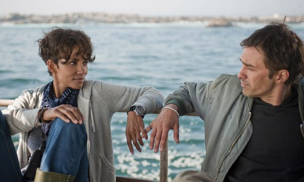 Halle Berry y Olivier Martinez en una escena de 'Marea letal (Dark tide)'.