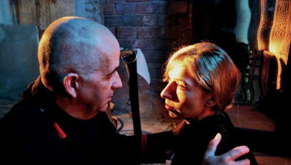 Miguel Torres y Julia Quintana en una escena de 'Mussolini va a morir'.