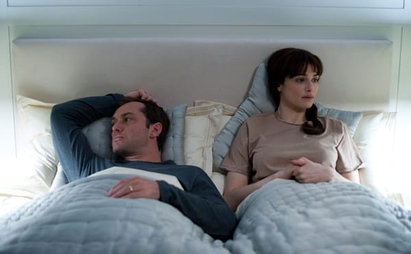 Jude Law y Rachel Weisz en la película '360: Juego de destinos'.