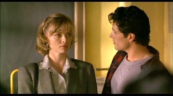 Escena de la película 'Mentes peligrosas' con Michelle Pfeiffer y Wade Domínguez