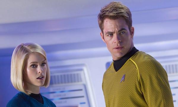 Alice Eve y Chris Pine, juntos en una escena de 'Star Trek: En la oscuridad'.