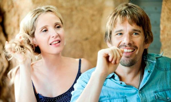 Julie Delpy y Ethan Hawke juntos en 'Antes del anochecer'.