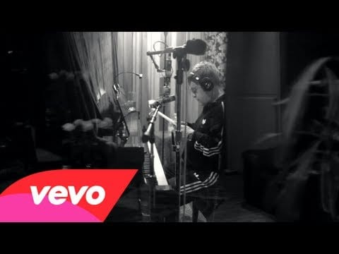 El nuevo 'The Diving Board' de Elton John ya disponible vía streaming