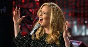 Adele a las víctimas