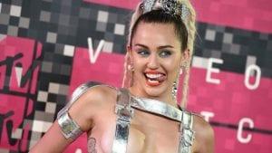 Miley Cyrus se sube bebida