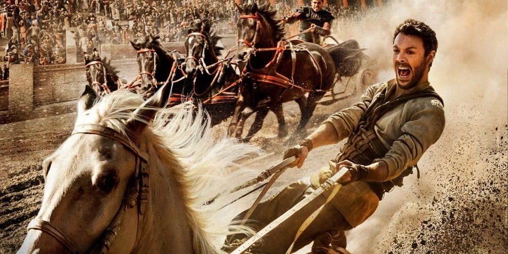 El batacazo de 'Ben-Hur' puede ser de dimensiones bíblicas Su catastrófico debut este fin de semana en el box office estadounidense vaticina unas pérdidas cercanas a los 100 millones de dólares. Fotogramas.es 23-08-2016 Jack Huston en 'Ben-Hur' Jack Huston en 'Ben-Hur' El estreno en USA, el pasado fin de semana, de 'Ben-Hur', remake del célebre film homónimo que William Wyler dirigió en 1959, y que dirige el kazajo Timur Bekmambetov, ha confirmado los peores augurios surgidos después de que el primer tráiler de la película viese la luz. El film se ha pegado un trompazo de aúpa en el box office estadounidense, recaudando menos de 10 millones de euros y colocándose sexta en el ránking de las películas más taquilleras del fin de semana por detrás de títulos como 'Escuadrón Suicida' (que ya lleva tres semanas en cartel) o los estrenos de 'Kubo y las dos cuerdas mágicas' y 'War Dogs'. El batacazo de 'Ben-Hur' es mayúsculo si tenemos en cuenta que la película cuenta con un presupuesto de 88,4 millones de euros, sin sumar las decenas de millones invertidos en promocionar el film. Según las previsiones de los estudios rivales, 'Ben-Hur' tendrá suerte si alcanza los 27 millones de euros en Estados Unidos. Fuentes cercanas a la producción, citadas por Variety, opinan no obstante que, gracias a las ventas en DVD, Blu-Ray y VOD, el film podrá rondar los 60 millones de euros de ingresos. Las expectativas son algo mejores en el mercado internacional. La película ya se ha estrenado en 18 países (un 30 por ciento de los mercados en los que está previsto estrenarse) y ha logrado recaudar 9,5 millones de euros, cifras cercanas a las del mercado nacional. La meta es alcanzar los 90-100 millones de euros en todo el mundo, aunque los informes que maneja la competencia cifran en 220 millones de euros los ingresos que debería alcanzar la película para llegar al punto de equilibrio que garantizaría que no se ha perdido dinero con su producción. 'Ben-Hur' se estrenará en España el próximo 2