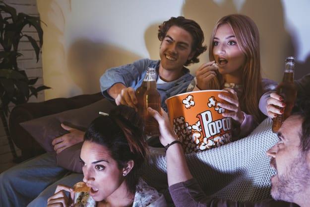 amigos viendo película